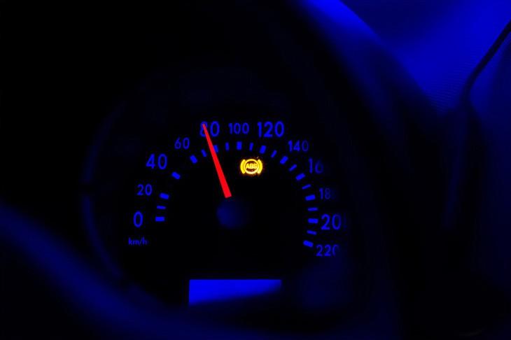 Индикатор ABS на приборной панели автомобиля