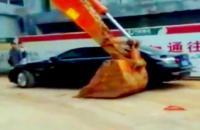 Надоели. Китайский экскаватор переставил припаркованные машины как игрушечные